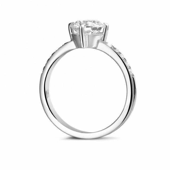 1.20 Karat diamantener Solitärring aus Weißgold mit kleinen Diamanten