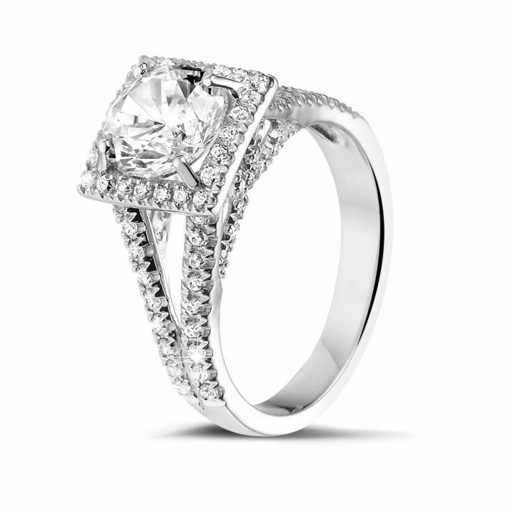 1.50 Karat diamantener Solitärring aus Platin mit kleinen Diamanten