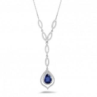 Schmuck mit Rubin, Saphir und Smaragd - Diamantene Halskette mit birnenförmigem Saphir von ungefähr 4.00 Karat aus Platin
