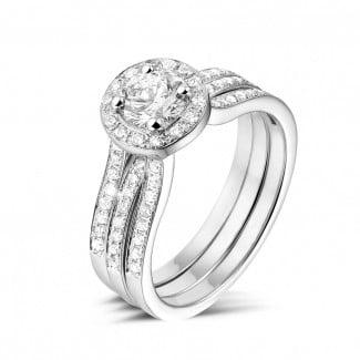 Ringe - 0.70 Karat diamantener Solitärring aus Weißgold mit kleinen Diamanten