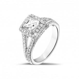 Ringe - 0.70 Karat Solitärring aus Weißgold mit Prinzessdiamanten und kleinen Diamanten