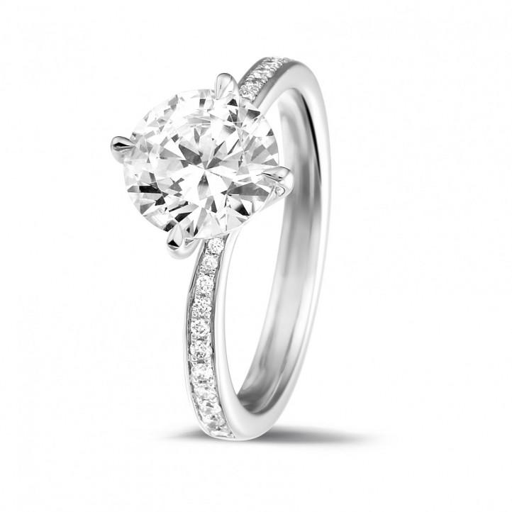 2.00 Karat diamantener Solitärring aus Weißgold mit kleinen Diamanten