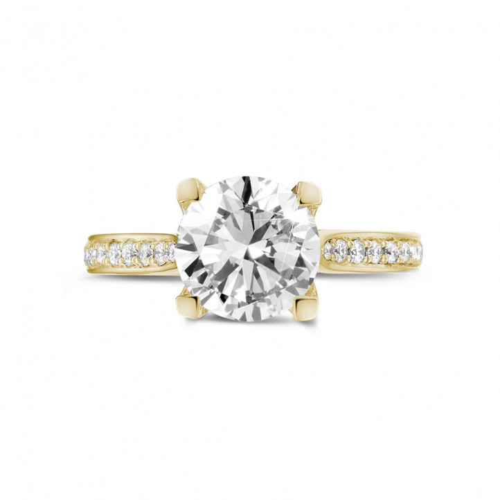 2.00 Karat diamantener Solitärring aus Gelbgold mit kleinen Diamanten