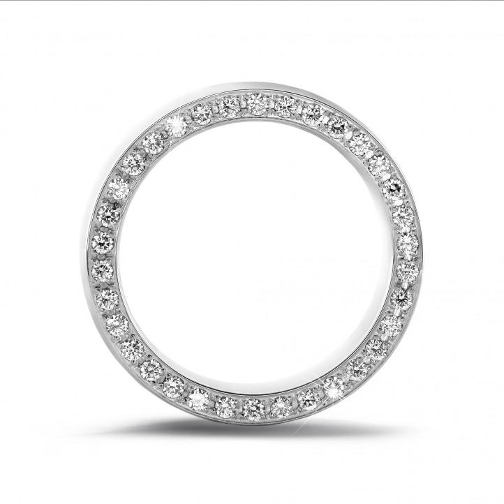 0.70 Karat Memoire Ring aus Platin mit kleinen runden Diamanten auf der Seite