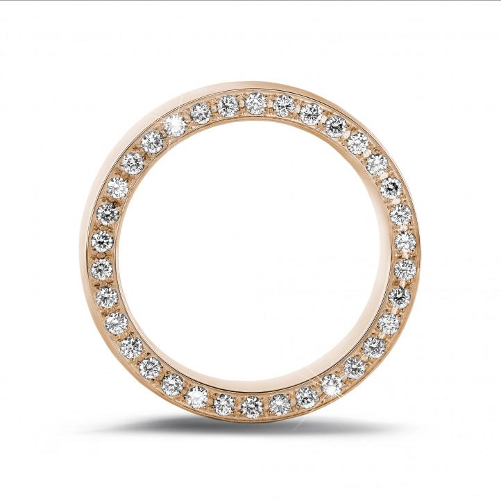 0.70 Karat Memoire Ring aus Rotgold mit kleinen runden Diamanten auf der Seite