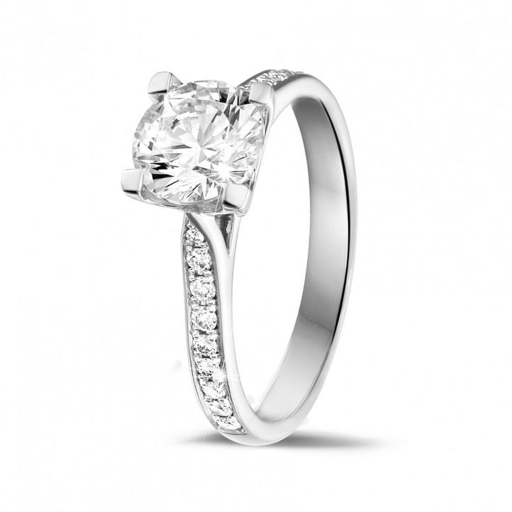 1.25 Karat diamantener Solitärring aus Weißgold mit kleinen Diamanten