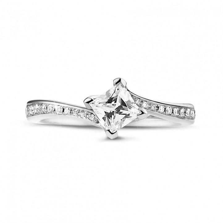 0.50 Karat diamantener Solitärring aus Weißgold mit Prinzessdiamanten und kleinen Diamanten