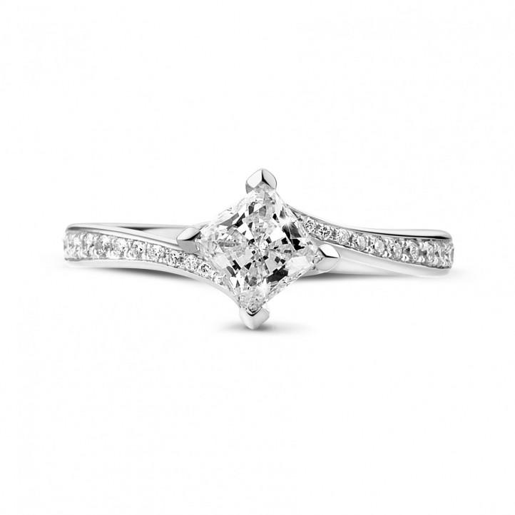 0.70 Karat diamantener Solitärring aus Weißgold mit Prinzessdiamanten und kleinen Diamanten