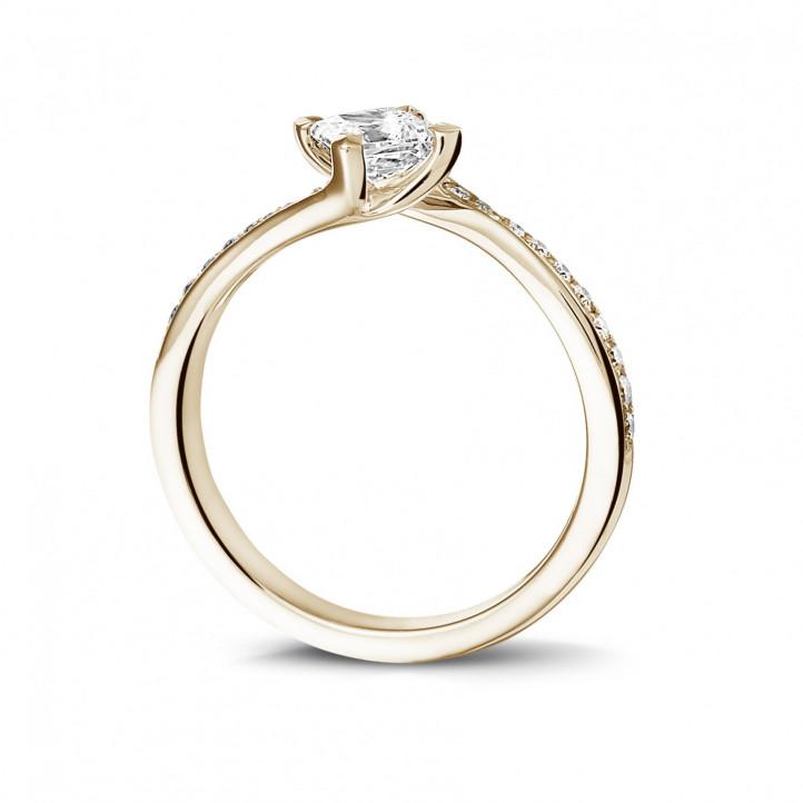 0.50 Karat diamantener Solitärring aus Rotgold mit Prinzessdiamanten und kleinen Diamanten