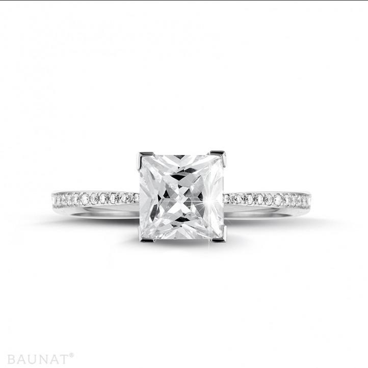 2.00 Karat Solitärring aus Platin mit Prinzessdiamanten und kleinen Diamanten