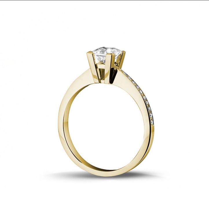 0.70 Karat Solitärring aus Gelbgold mit Prinzessdiamanten und kleinen Diamanten