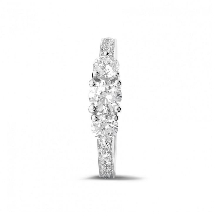 1.10 Karat diamantener Trilogiering aus Weißgold mit kleinen Diamanten