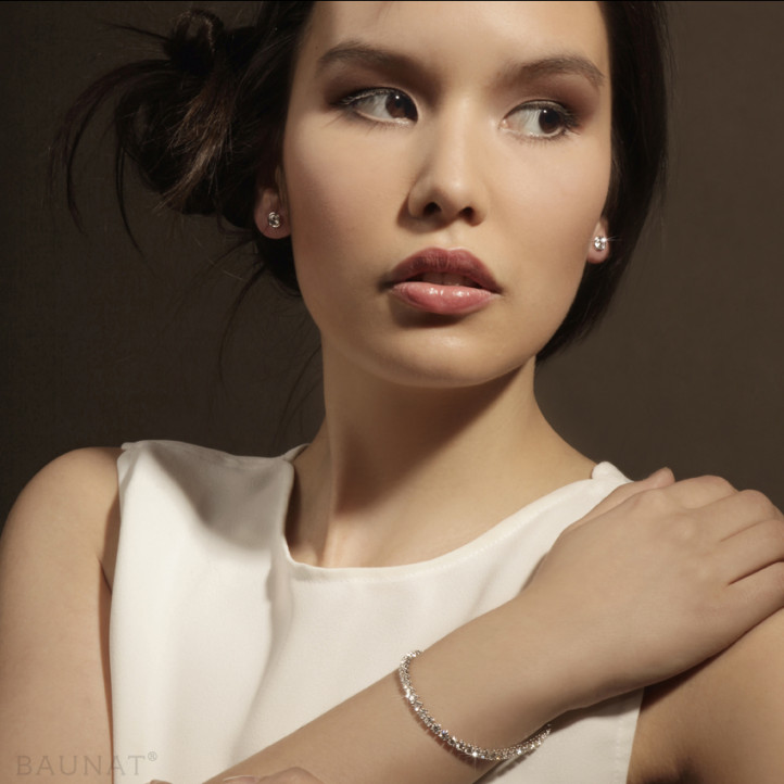 0.60 Karat diamantene Ohrringe in Zargenfassung aus Weißgold