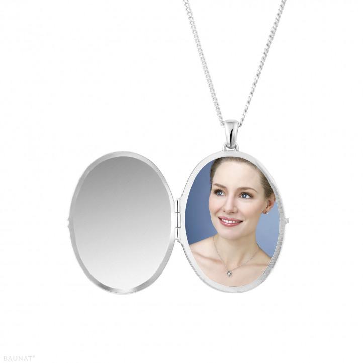 1.70 Karat Design Medaillon mit kleinen runden Diamanten aus Weißgold