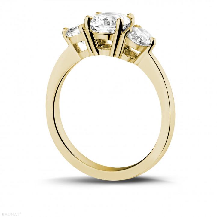 1.50 Karat Trilogiering mit runden Diamanten aus Gelbgold