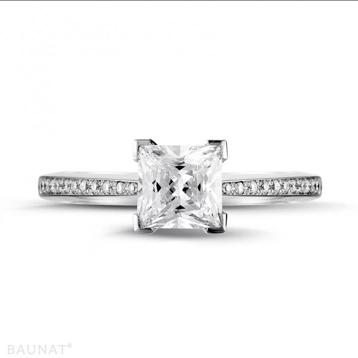 1.50 Karat Solitärring aus Platin mit Prinzessdiamanten und kleinen Diamanten