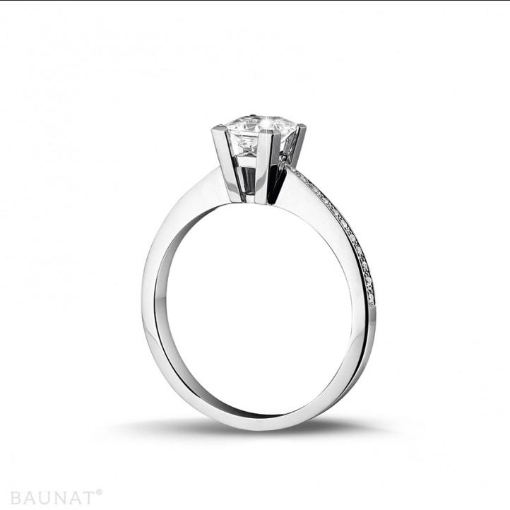 0.70 Karat Solitärring aus Weißgold mit Prinzessdiamanten und kleinen Diamanten