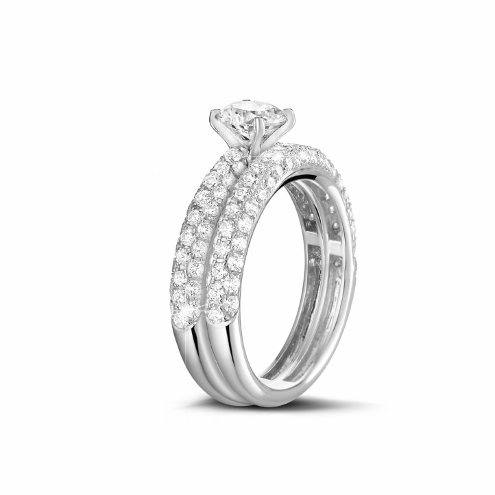 Matching diamond engagement and wedding band in white gold with a central diamond of 1.00 carat and small diamonds