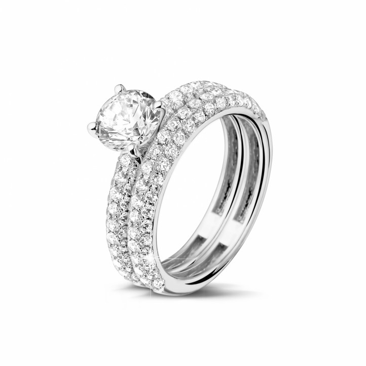 Matching diamond engagement and wedding band in platinum with a central diamond of 1.00 carat and small diamonds