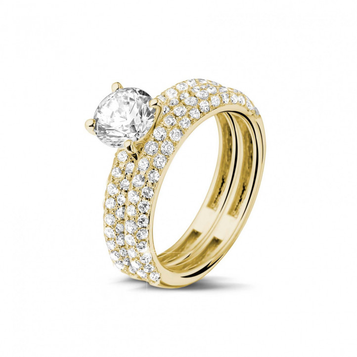 Matching diamond engagement and wedding band in yellow gold with a central diamond of 1.00 carat and small diamonds