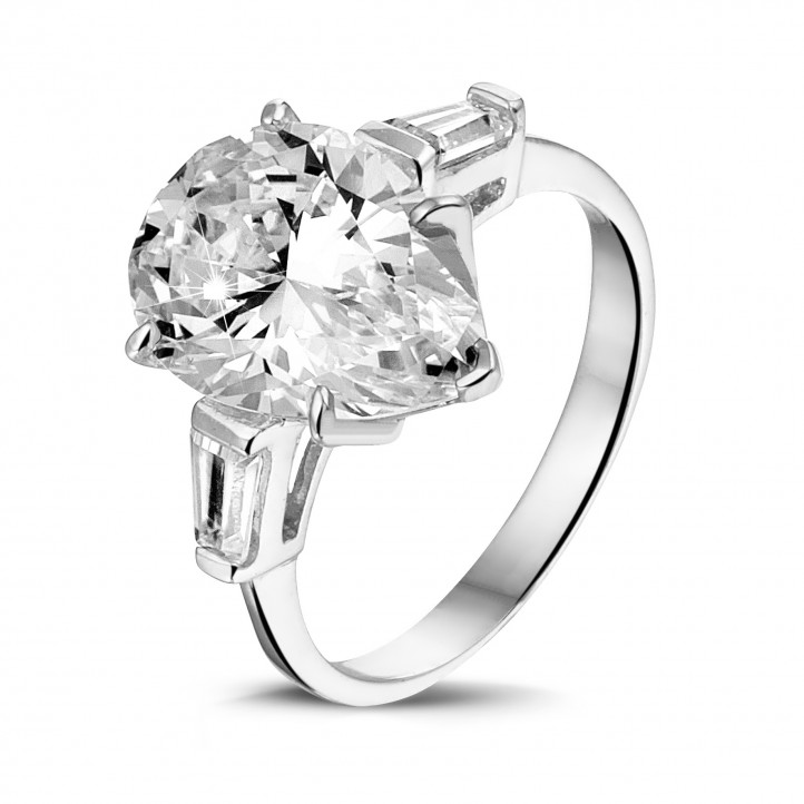 Ring in white gold with pear shaped diamond and taper cut baguette diamonds