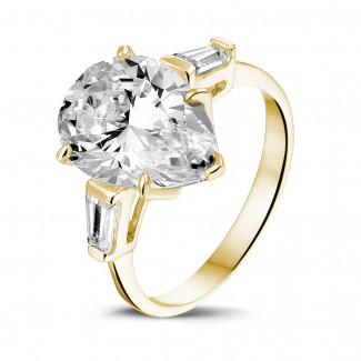 High Jewellery - Ring in yellow gold with pear shaped diamond and taper cut baguette diamonds