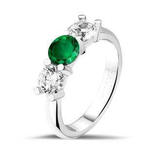 Rings - Trilogy ring in white gold with a central emerald and 2 round diamonds
