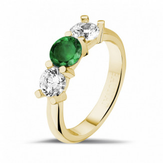 Rings - Trilogy ring in yellow gold with a central emerald and 2 round diamonds