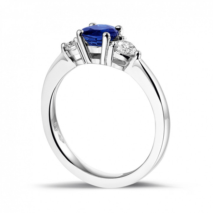 Trilogy ring in platinum with a central sapphire and 2 round diamonds