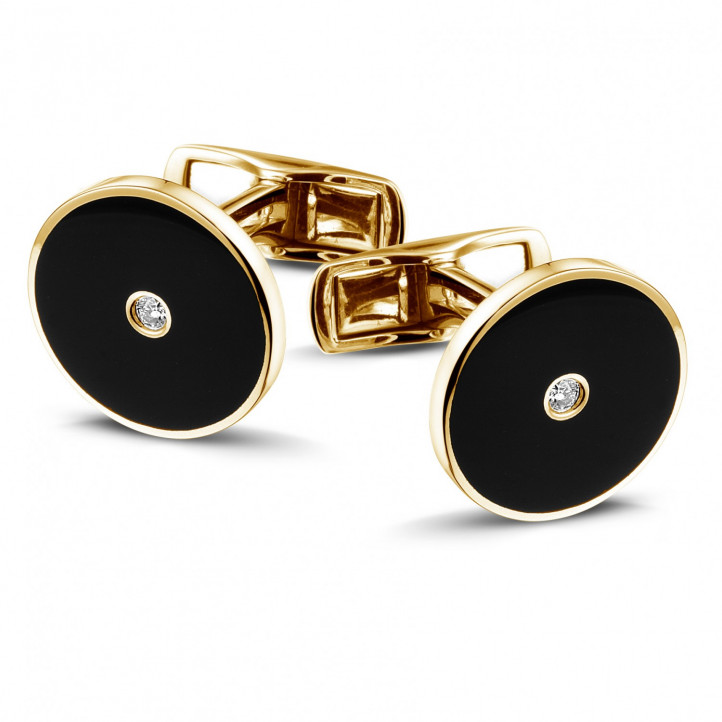 Yellow golden cufflinks with onyx and a central diamond