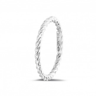 Stackable twisted ring in white gold
