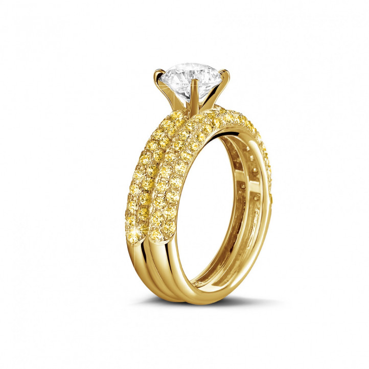 Matching engagement and wedding band in yellow gold with a central diamond of 1.50 carat and small yellow diamonds