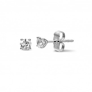0.60 carat classic diamond earrings in white gold with four prongs