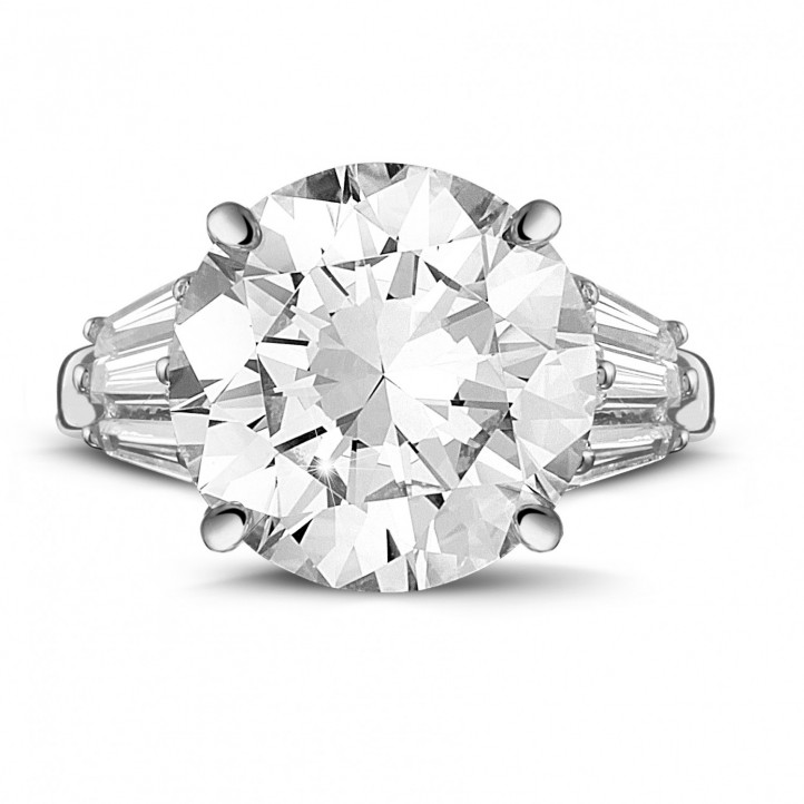 Ring in white gold with round diamond and taper cut diamonds