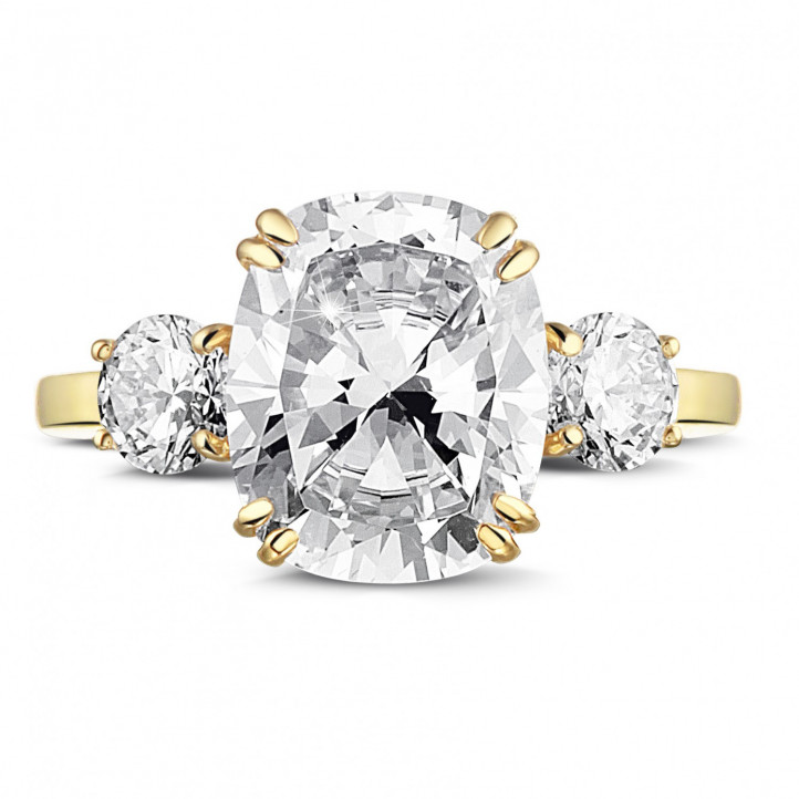 Ring in yellow gold with cushion diamond and round diamonds