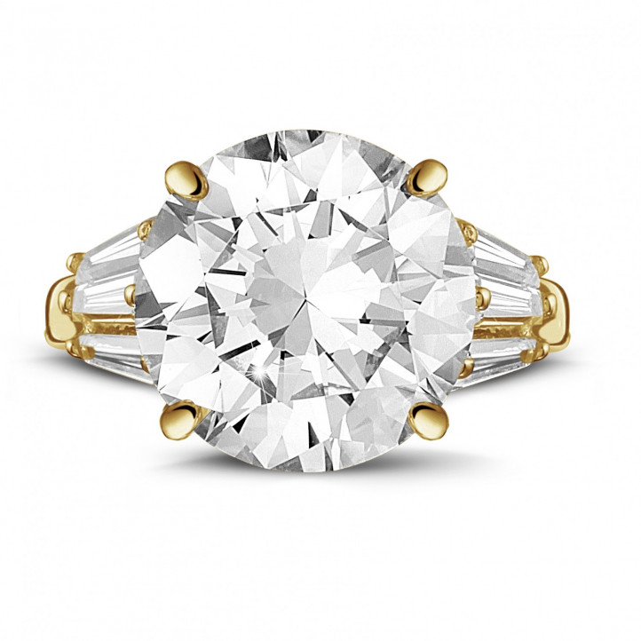 Ring in yellow gold with round diamond and taper cut diamonds