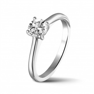 Class 4 - 0.50 carat solitaire ring in white gold with round diamond and four prongs