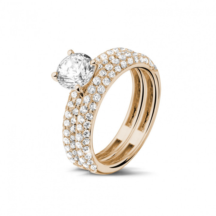 Matching diamond engagement and wedding band in red gold with a central diamond of 0.90 carat and small diamonds