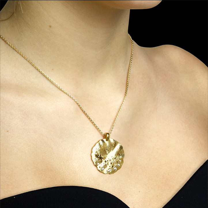 0.46 carat diamond design pendant in yellow gold