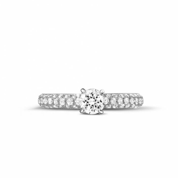 0.50 quilates anillo solitario (media banda) en oro blanco con diamantes en los lados