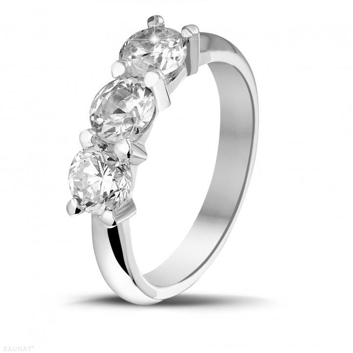 2.00 quilates anillo trilogía en platino con diamantes redondos