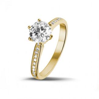 1.25 quilates anillo de oro amarillo de diamantes con diamantes en los lados