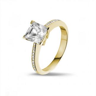 2.00 quilates anillo solitario en oro amarillo con diamante talla princesa y diamantes laterales