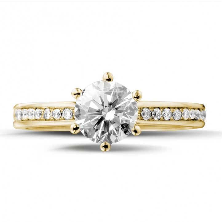 0.90 quilates anillo de oro amarillo de diamantes con diamantes en los lados