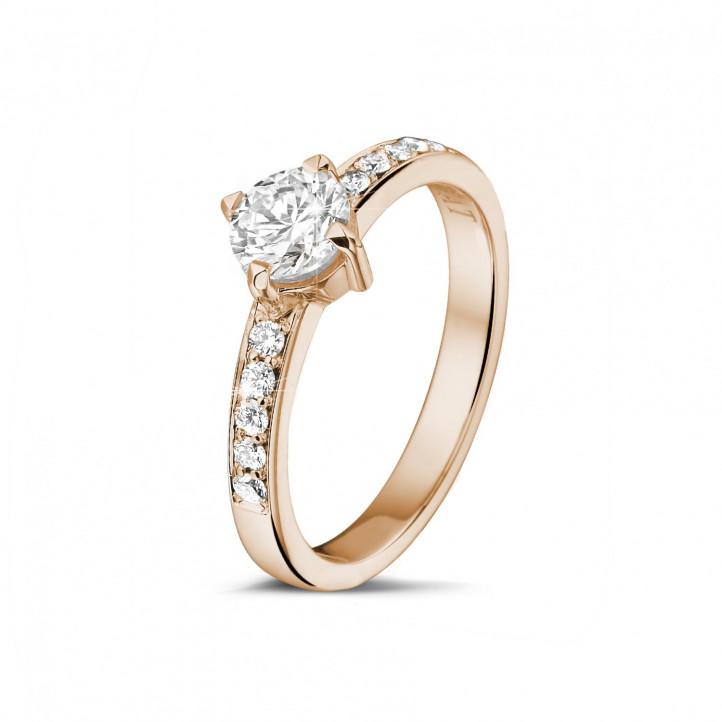 0.70 quilates anillo solitario diamante en oro rojo con diamantes en los lados