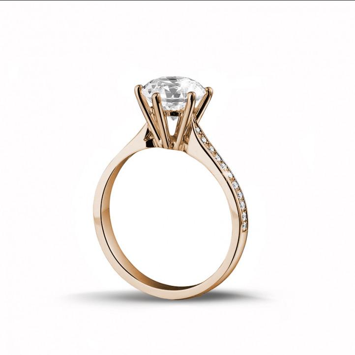 2.00 quilates anillo de oro rojo de diamantes con diamantes en los lados
