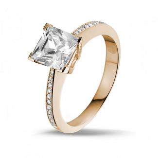 2.00 quilates anillo solitario en oro rojo con diamante talla princesa y diamantes laterales