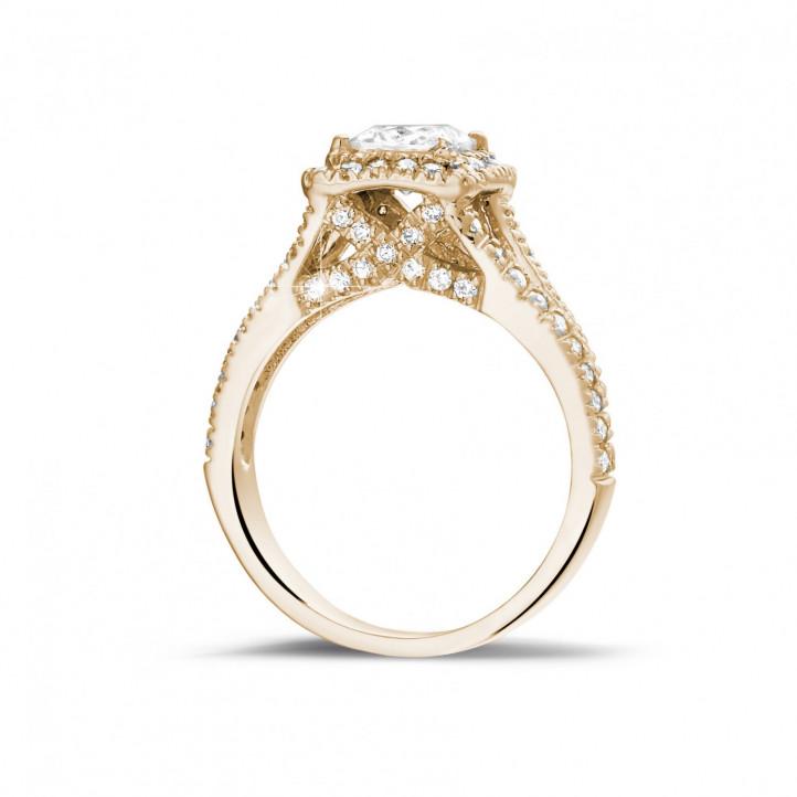1.00 quilates anillo solitario en oro rojo con diamante talla princesa y diamantes laterales