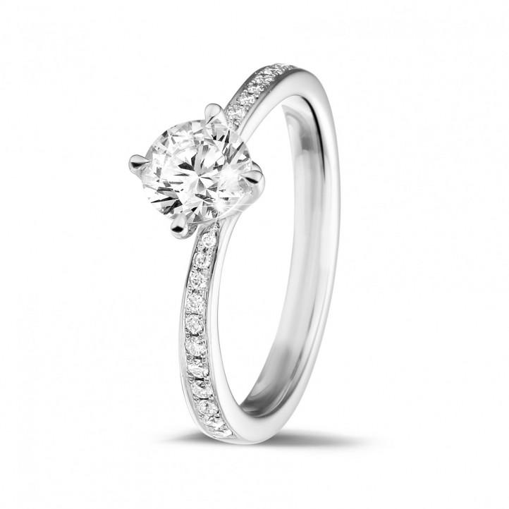 0.70 quilates anillo solitario diamante en oro blanco con diamantes en los lados