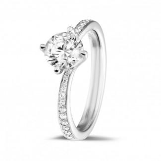 Compromiso - 1.00 quilates anillo solitario diamante en oro blanco con diamantes en los lados